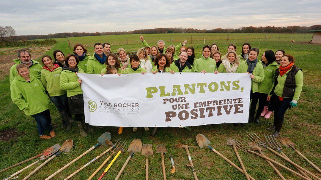 Plantation d'arbres avec la fondation Yves Rocher sur les exploitations